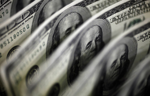 Народ раскупит все доллары: эксперт предсказал скорую девальвацию рубля