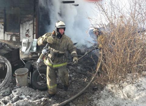 Человек погиб на пожаре в заброшенном здании в Приморье