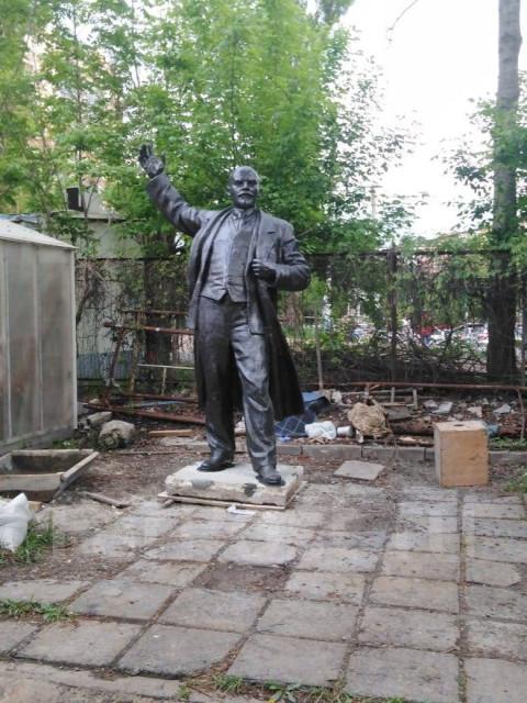 Во Владивостоке продают 4-метрового Ленина с доставкой
