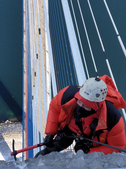 «Бывает страшно»: альпинисты откровенно рассказали об очистке Русского моста