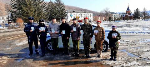 Юнармецы помогли сотрудникам ГИБДД поздравить женщин в Приморье