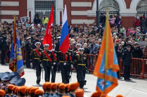 Во Владивостоке заменили флаги к Дню Победы