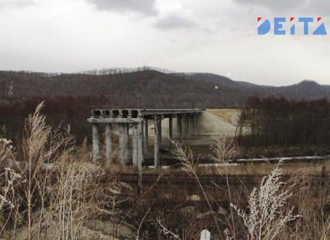 «Металлисты» разбирают по частям оживленный мост в Приморье