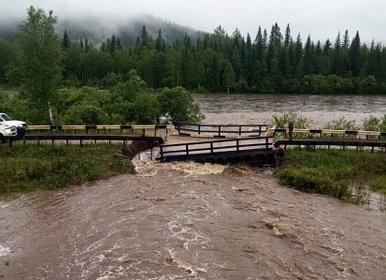 В российском регионе из-за ливней обрушился мост