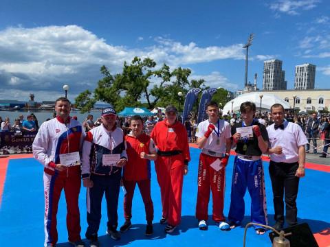 Кикбоксеры Владивостока провели показательные бои в центре города