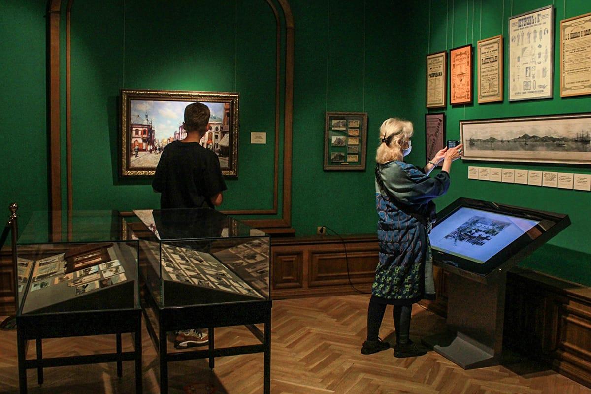 Взгляд сквозь время: новая выставка открыта в Приморской картинной галерее