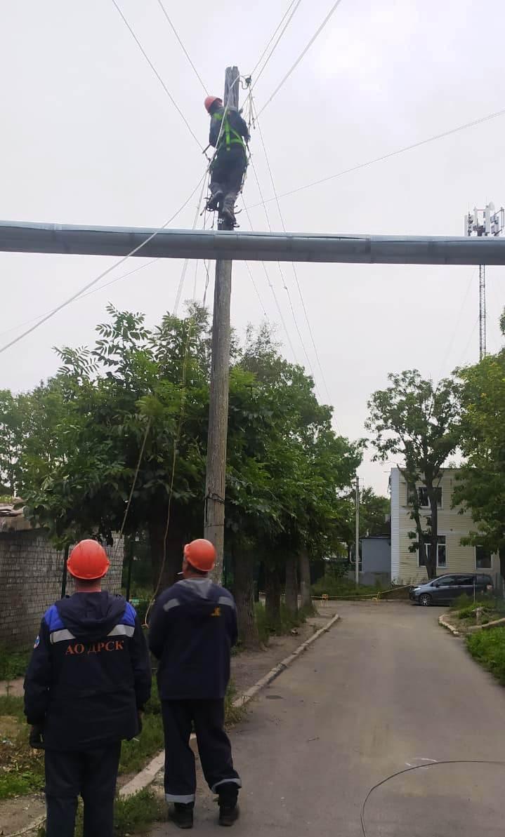 Энергетики восстанавливают электроснабжение в населенных пунктах Надеждинского района