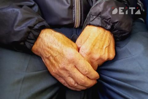 Приморских пенсионеров расселили из аварийного дома без окон и дверей