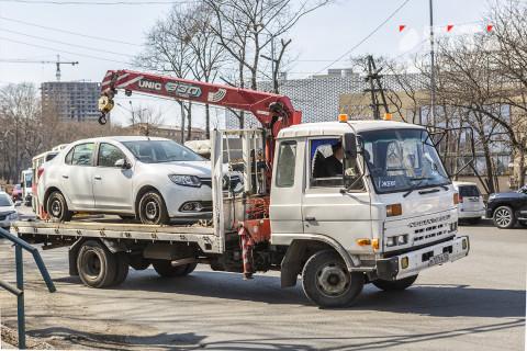 Эвакуатор уронил машину во Владивостоке