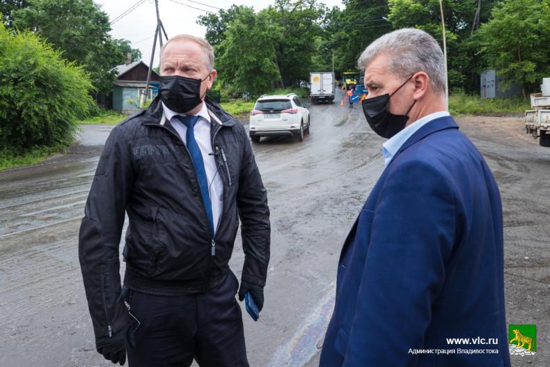 Ремонт дорог в санаторно-курортной части Владивостока проверил Олег Гуменюк