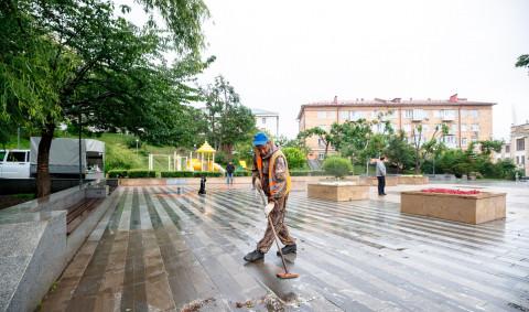 Генеральная уборка проходит в одном из скверов Владивостока