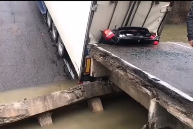 Водителю фуры за смерть семьи на рухнувшем мосту дали 4 года