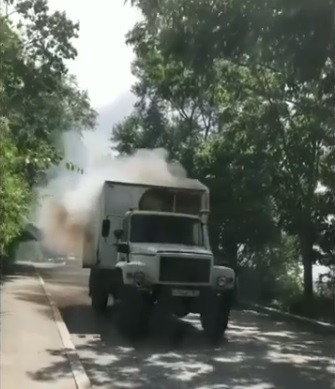Грузовик загорелся средь бела дня во Владивостоке