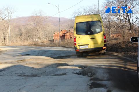 Водители  сами отремонтировали себе дорогу во Владивостоке