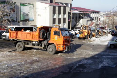 Работы по уборке снега продолжаются во Владивостоке
