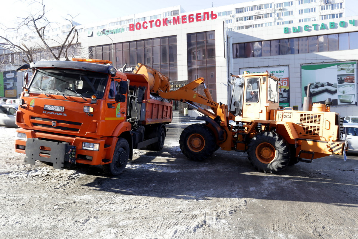 Мэр Владивостока контролирует уборку наледи и снега в городе