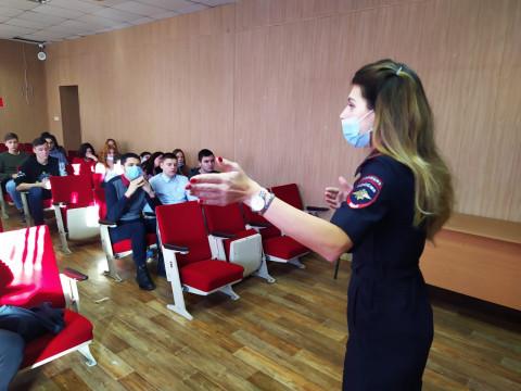 Напомнить о важном: во Владивостоке студентам рассказали о правилах поведения на дороге