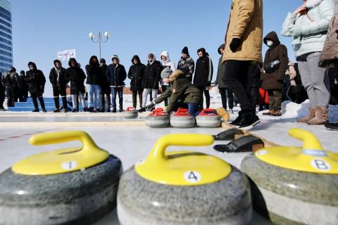 Моржи, хоккеисты и фигуристы собрались на Дне зимних видов спорта во Владивостоке