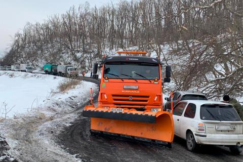 Авария со спецтехникой парализовала движение на острове Русский