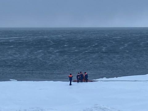 Сахалинских рыбаков унесло на льдине в открытое море