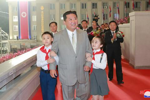 Ким Чен Ына с трудом узнали на параде
