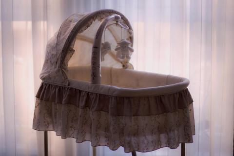 Мать полгода морила голодом младенца в шкафу