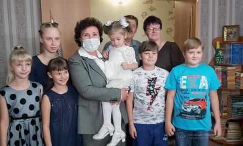 Виктория Николаева подарила многодетной семье из Партизанского района ноутбук