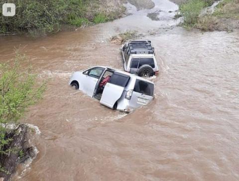 Две машины утонули в реке в Приморье