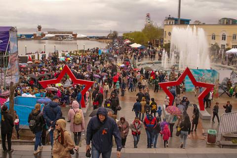 9 мая в Приморье горожане включались в творчество и побеждали, поднимая красный флаг над Рейхстагом