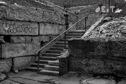 Во Владивостоке неизвестные разбирают подпорную стену