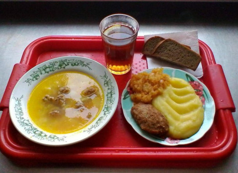Борщ, котлеты и компот: школьников будут кормить с 1 сентября