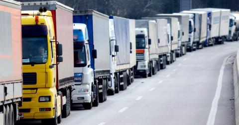 Фура заблокировала движение по приморской автодороге