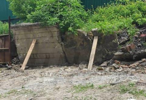 Падающую подпорную стену во Владивостоке подпёрли досками