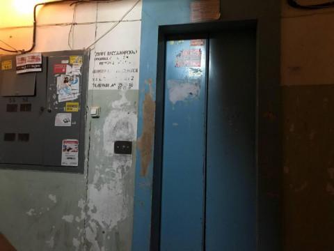 Лифт с людьми упал до первого этажа во Владивостоке