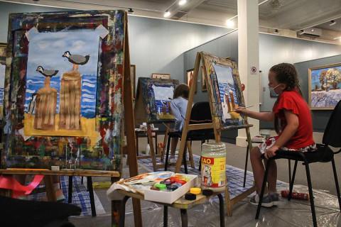 Художники учат детей на мастер-классах в картинной галерее