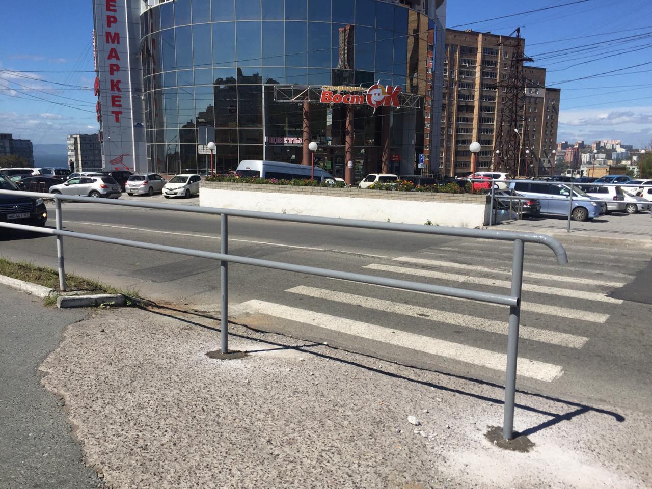 «Они издеваются»: пешеходный переход закрыли во Владивостоке