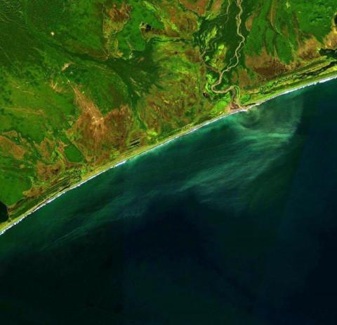Спутник обнаружил сбрасывавшее отходы у берегов Камчатки судно