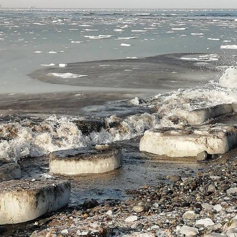 Нефтяное пятно изгадило популярный приморский пляж