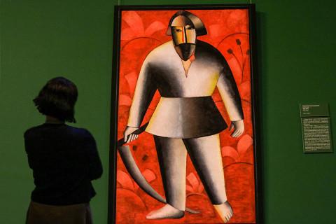 Классика и авангард – выставка картин знаменитых художников открыта в Приморье