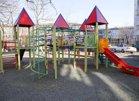 Неадекват на автомобиле разгромил детскую площадку в Приморье