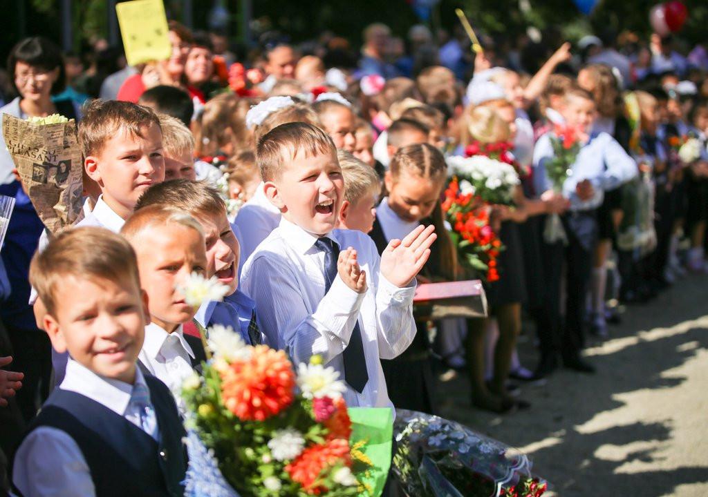 Вопрос школьных линеек 1 сентября решат в августе