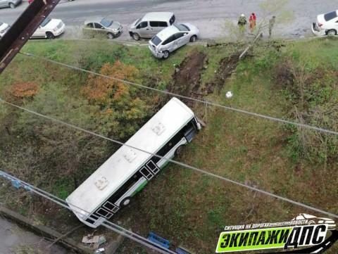 Подвёл ручник: автобус скатился с горы во Владивостоке