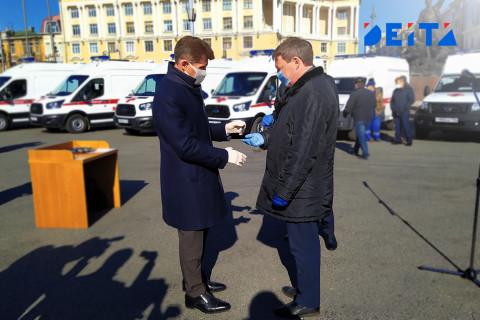 Медикам Приморского края вручили ключи от новеньких автомобилей