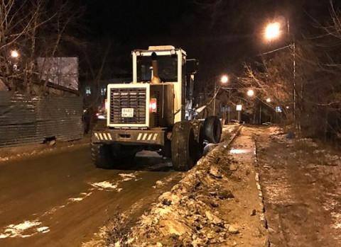 Снег и наледь убрали с нескольких улиц Владивостока прошедшей ночью