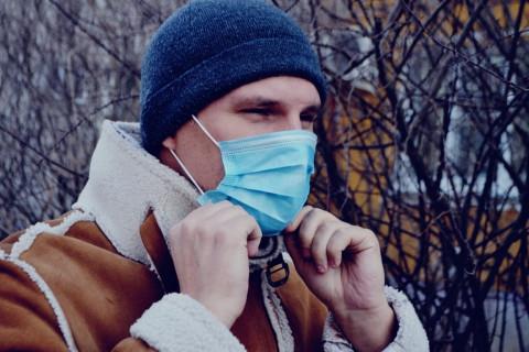 Надо ли носить маску зимой на улице, объяснили врачи