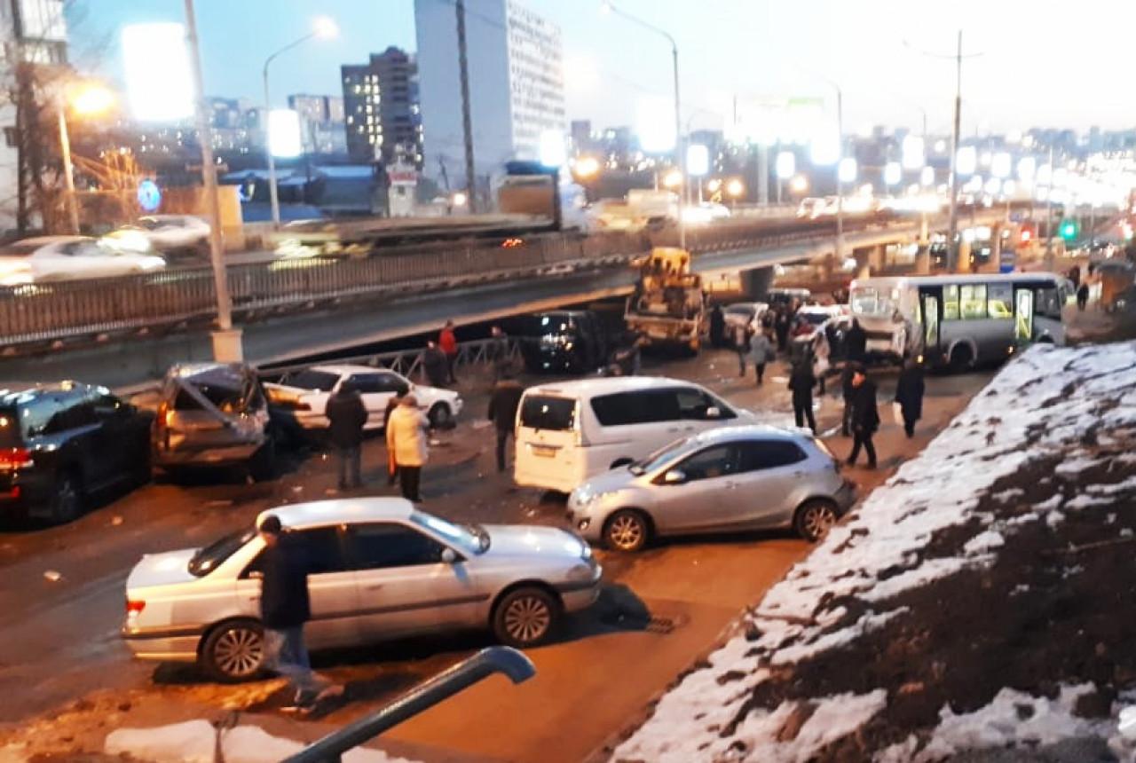 «Просто месиво»: жесткая авария во Владивостоке собрала более 10 машин