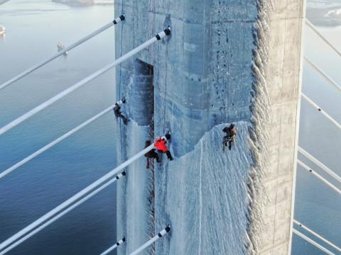 Ледяной шторм повредил вантовые оболочки Русского моста - эксперты