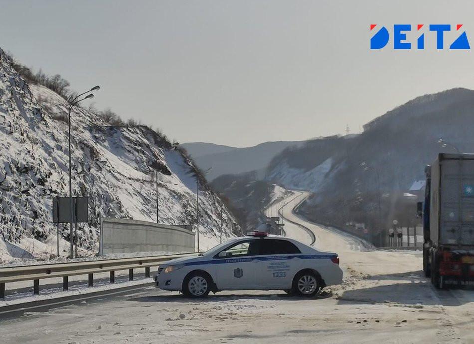Массовый вылет автомобилей в кювет попал на видео в Приморье