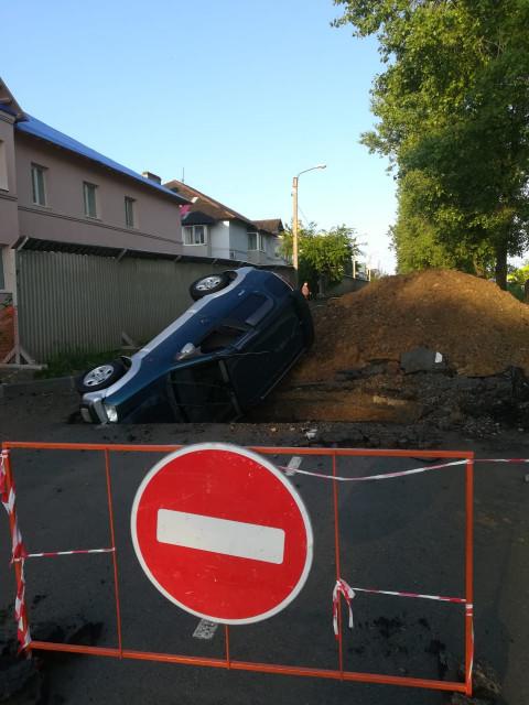 Коварная яма поймала машину в Приморье