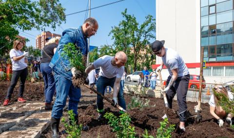 Константин Шестаков принял участие в благоустройстве нового сквера на Бестужева